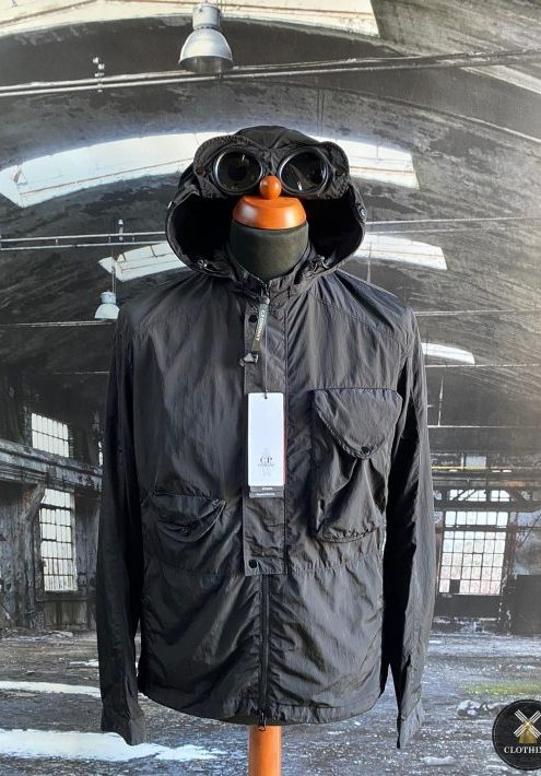 C.P. COMPANY CHROME GOGGLE OVERSHIRT COLOUR: BLACK LINED SIZE M 22″ PIT TO PIT SIZE L 23″ PIT TO PIT SIZE XL 24″ PIT TO PIT